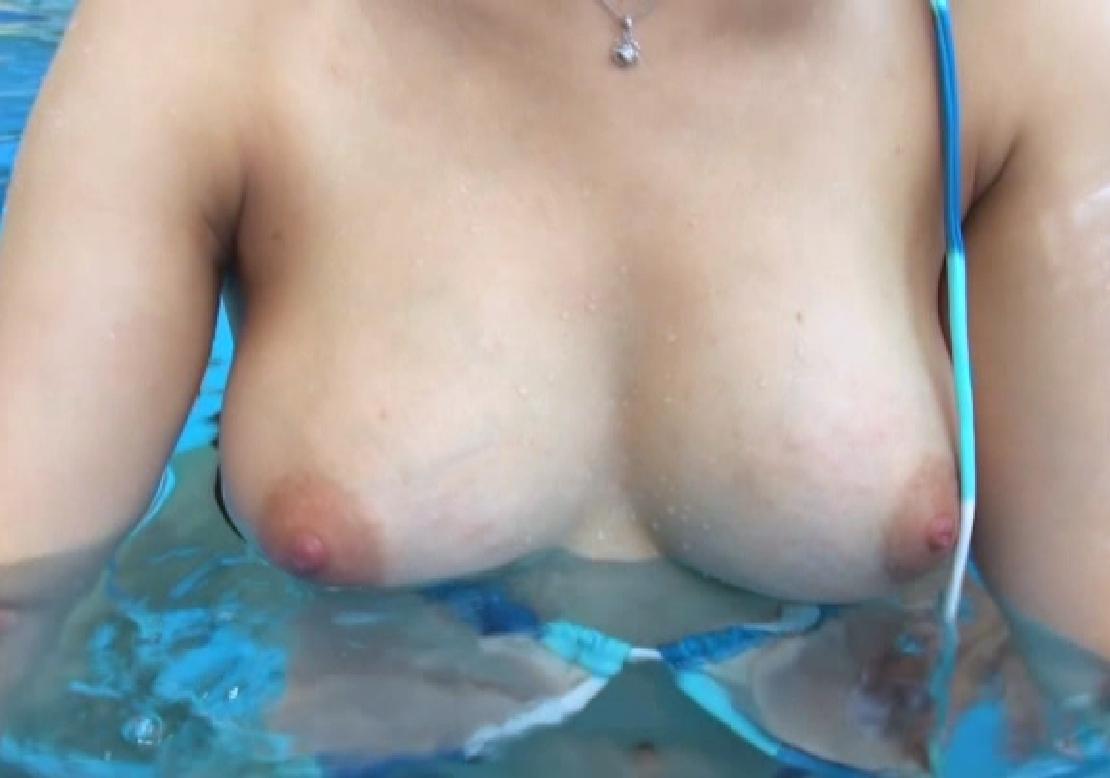 【水着エロ画像】ビキニ女子にはいつも期待するw外れて乳首がポロった瞬間www 29