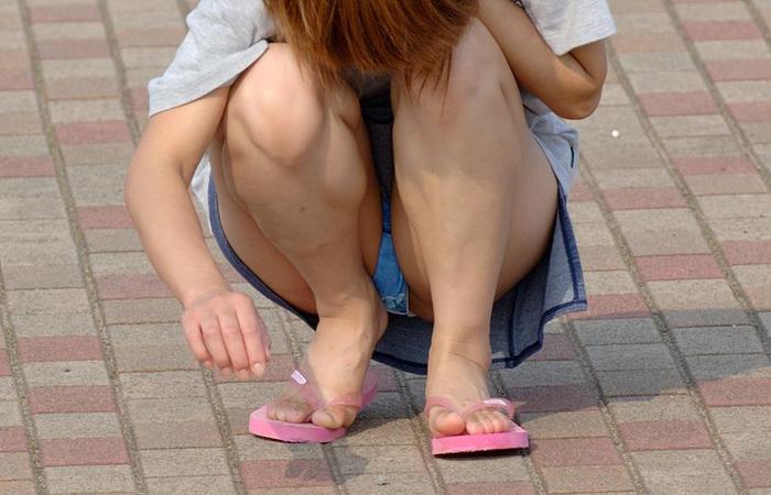 【パンチラエロ画像】ミニスカ女子が腰を下ろせば即ち…見逃せないパンチラ中www 001
