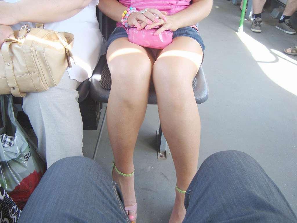 【パンチラエロ画像】ミニスカ女子が腰を下ろせば即ち…見逃せないパンチラ中www 01