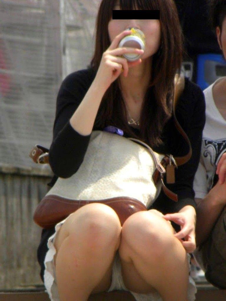 【パンチラエロ画像】ミニスカ女子が腰を下ろせば即ち…見逃せないパンチラ中www 03