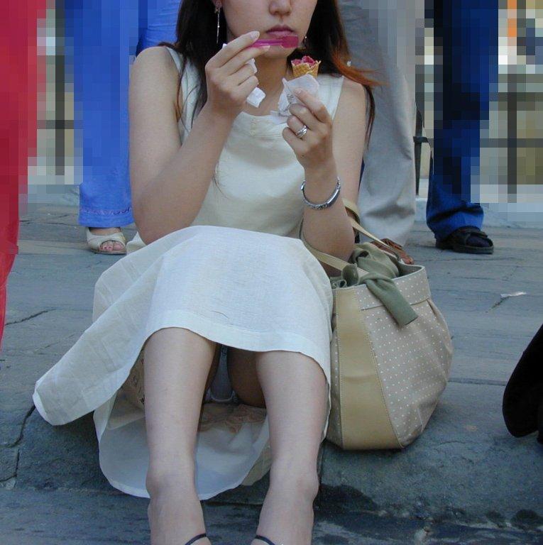 【パンチラエロ画像】ミニスカ女子が腰を下ろせば即ち…見逃せないパンチラ中www 04