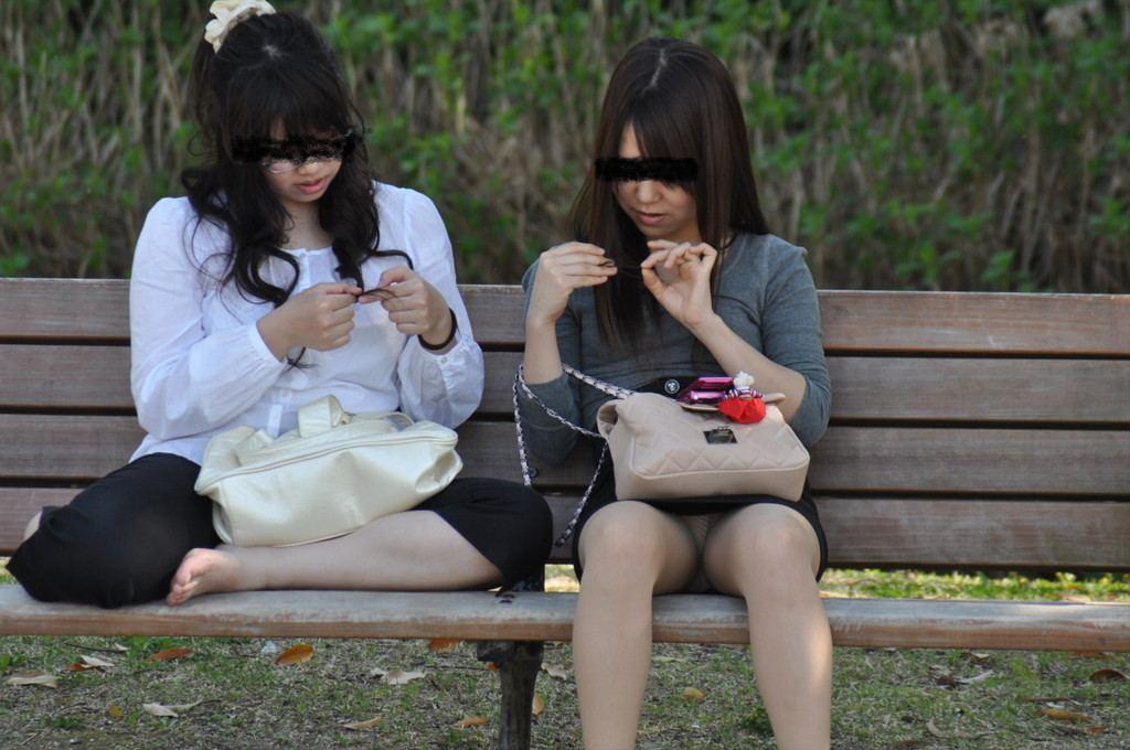 【パンチラエロ画像】ミニスカ女子が腰を下ろせば即ち…見逃せないパンチラ中www 05