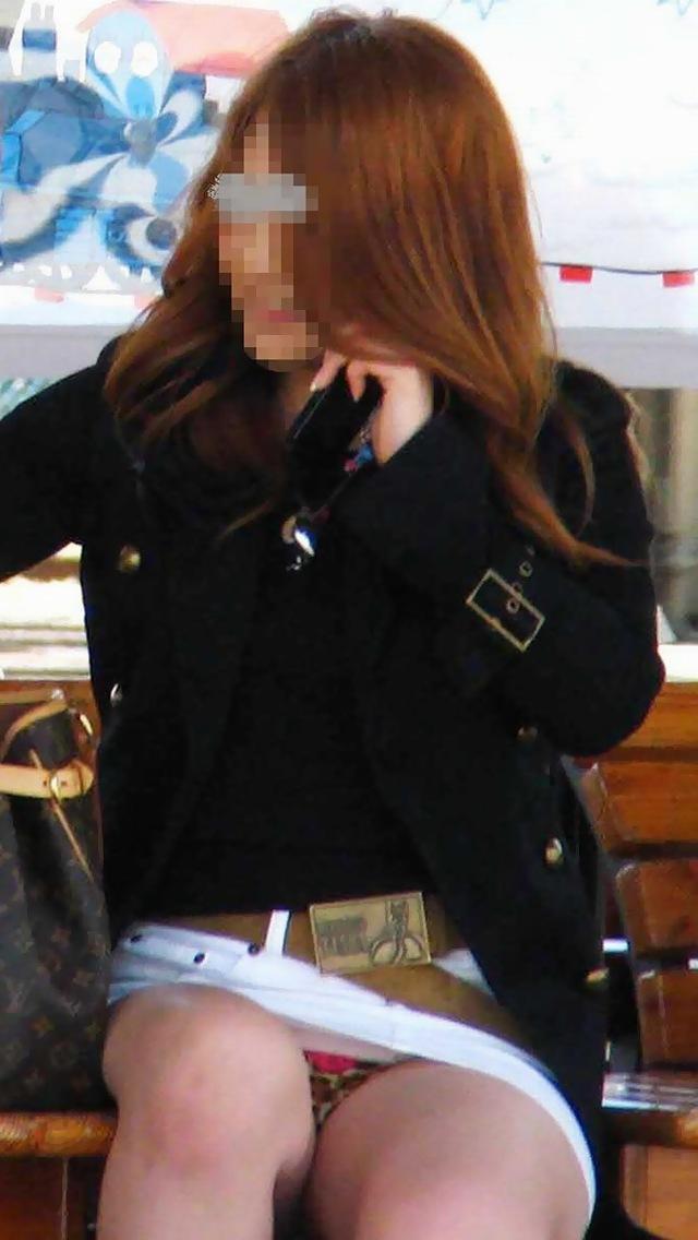 【パンチラエロ画像】ミニスカ女子が腰を下ろせば即ち…見逃せないパンチラ中www 09