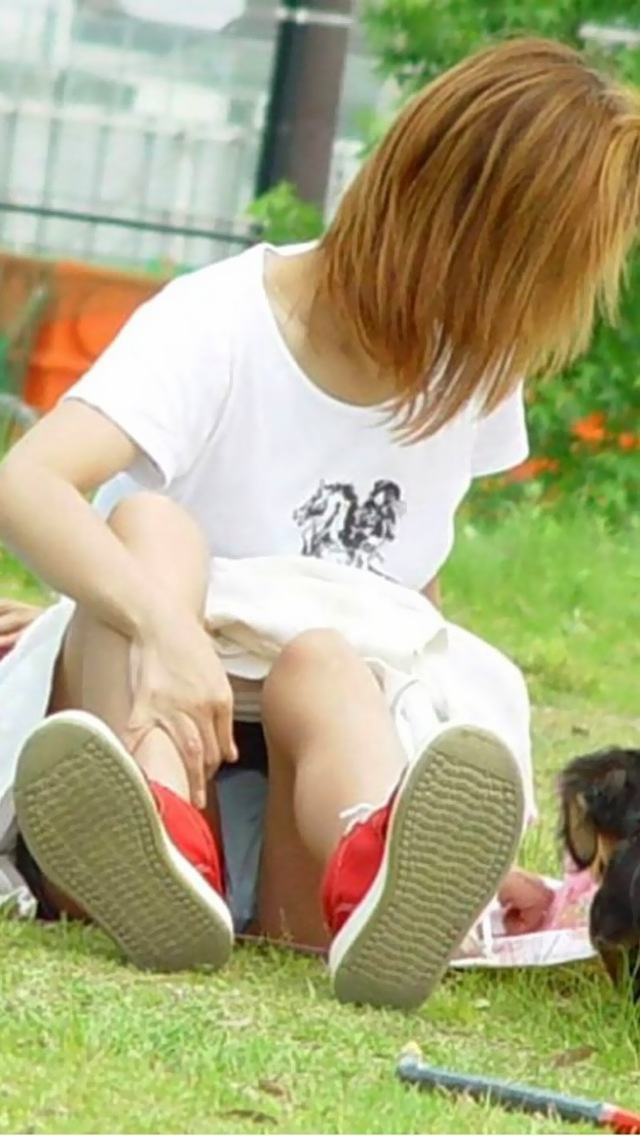 【パンチラエロ画像】ミニスカ女子が腰を下ろせば即ち…見逃せないパンチラ中www 17