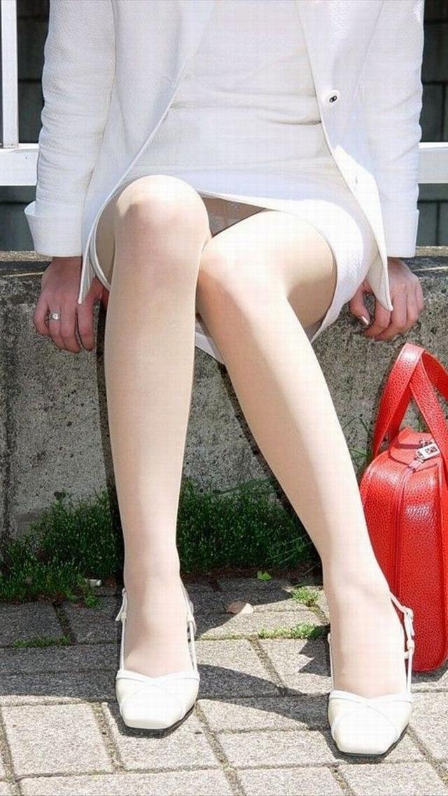 【パンチラエロ画像】ミニスカ女子が腰を下ろせば即ち…見逃せないパンチラ中www 25