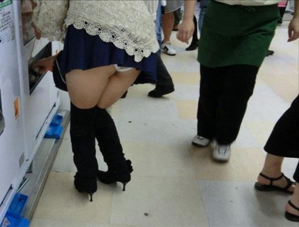 【パンチラエロ画像】ミニ履いている自覚がないから…このように前屈みで丸見えwww 03
