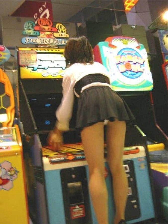 【パンチラエロ画像】ミニ履いている自覚がないから…このように前屈みで丸見えwww 06