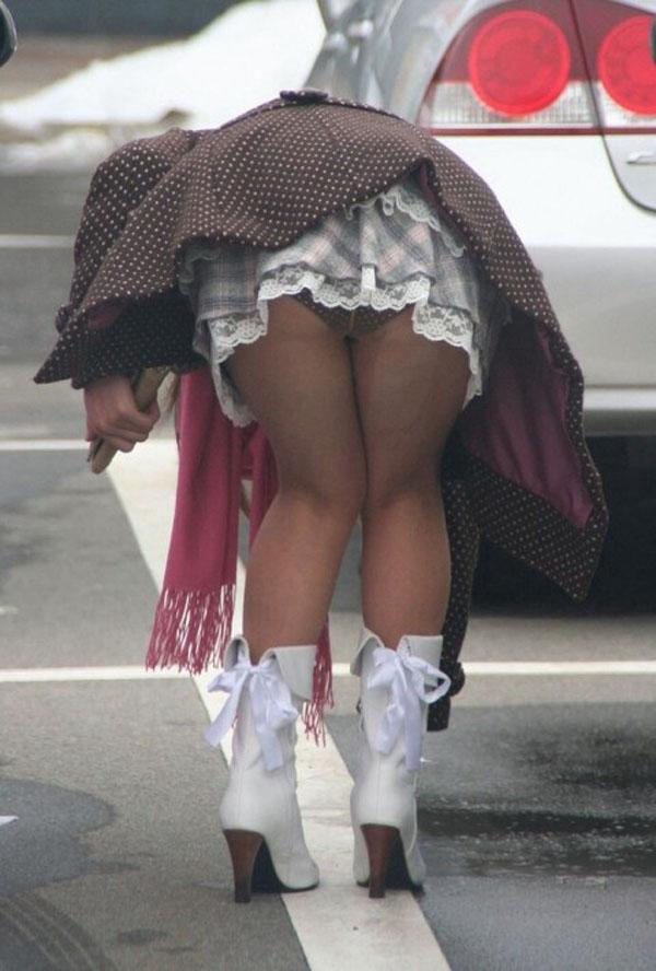 【パンチラエロ画像】ミニ履いている自覚がないから…このように前屈みで丸見えwww 14