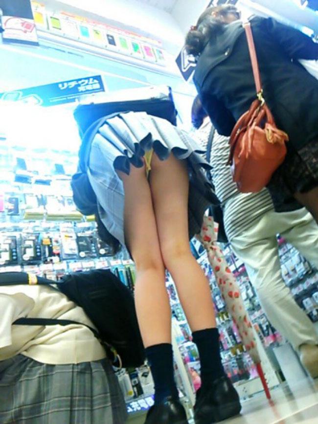 【パンチラエロ画像】ミニ履いている自覚がないから…このように前屈みで丸見えwww 22