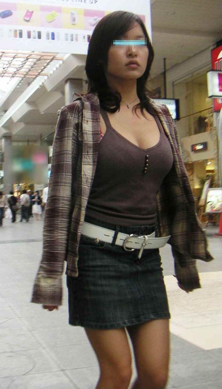 【巨乳エロ画像】サイズいくつだろうか…眺めながら考える街の着衣おっぱいwww 06