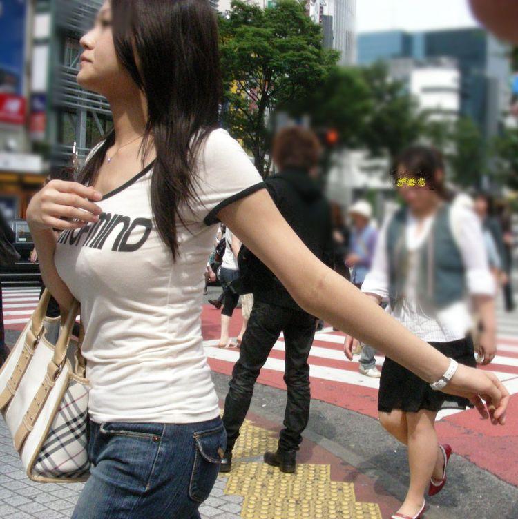 【巨乳エロ画像】サイズいくつだろうか…眺めながら考える街の着衣おっぱいwww 18