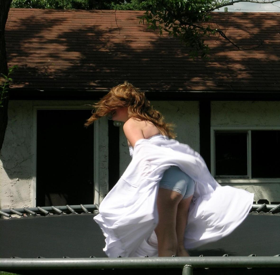 【パンチラエロ画像】捲れても隠さない人もいるw突然の風がもたらすパンチラwww 15