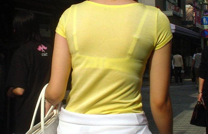 【透けブラエロ画像】脱いでも痕が残りそうw背中にピッチリブラ透け女子www 001