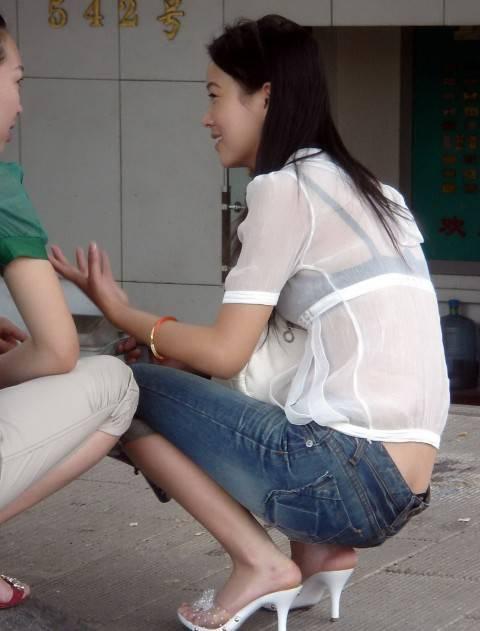 【透けブラエロ画像】脱いでも痕が残りそうw背中にピッチリブラ透け女子www 01