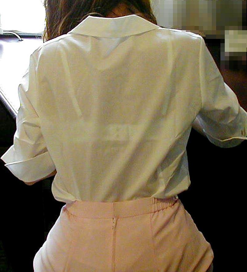 【透けブラエロ画像】脱いでも痕が残りそうw背中にピッチリブラ透け女子www 04