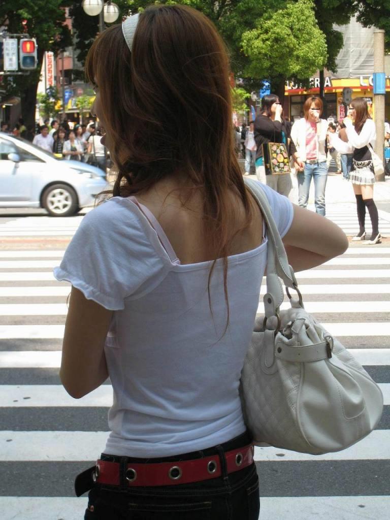 【透けブラエロ画像】脱いでも痕が残りそうw背中にピッチリブラ透け女子www 10