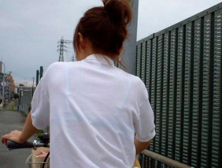 【透けブラエロ画像】脱いでも痕が残りそうw背中にピッチリブラ透け女子www 12