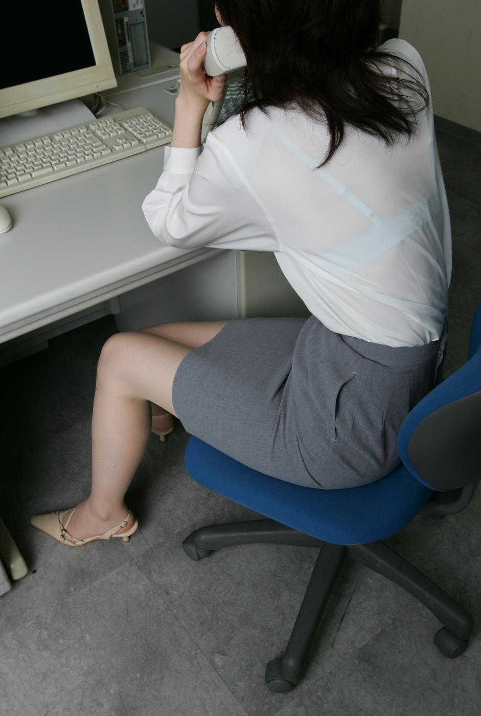 【透けブラエロ画像】脱いでも痕が残りそうw背中にピッチリブラ透け女子www 14