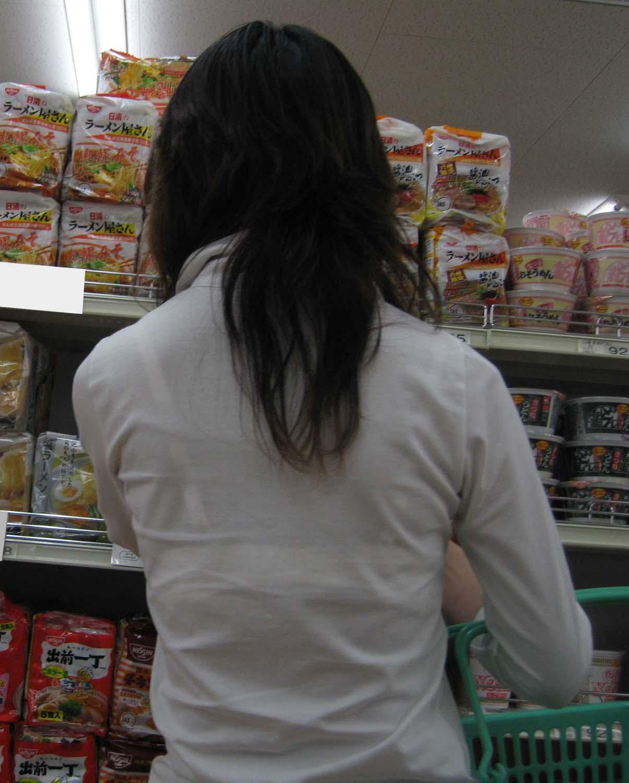 【透けブラエロ画像】脱いでも痕が残りそうw背中にピッチリブラ透け女子www 15