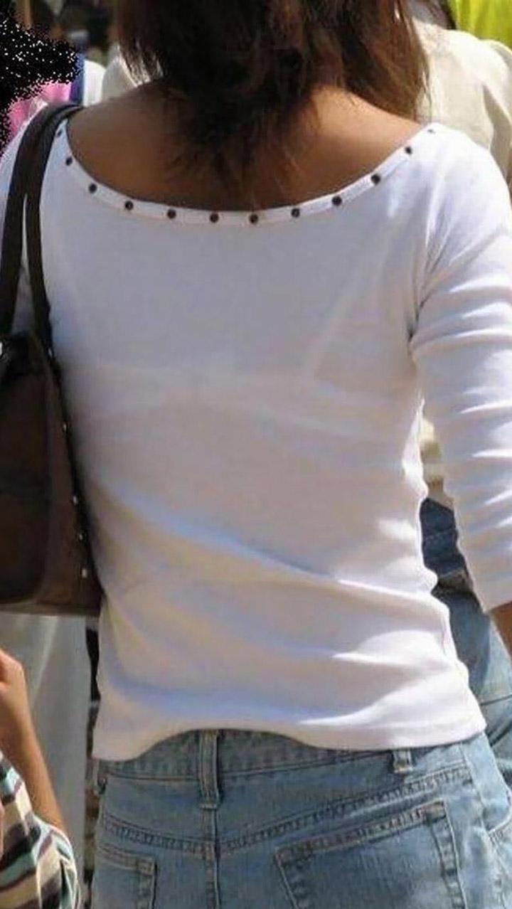 【透けブラエロ画像】脱いでも痕が残りそうw背中にピッチリブラ透け女子www 23