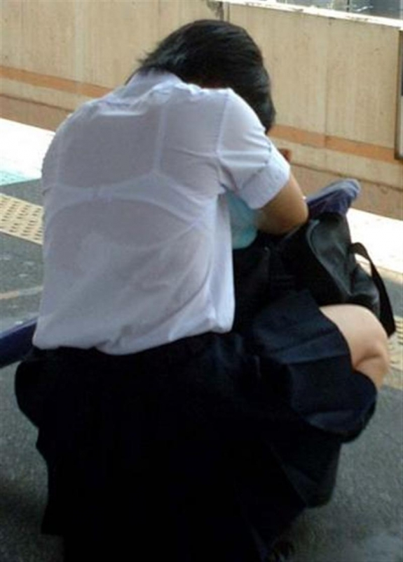 【透けブラエロ画像】脱いでも痕が残りそうw背中にピッチリブラ透け女子www 25