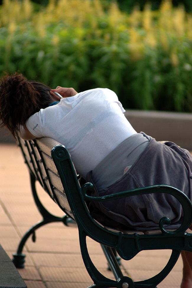 【透けブラエロ画像】脱いでも痕が残りそうw背中にピッチリブラ透け女子www 26