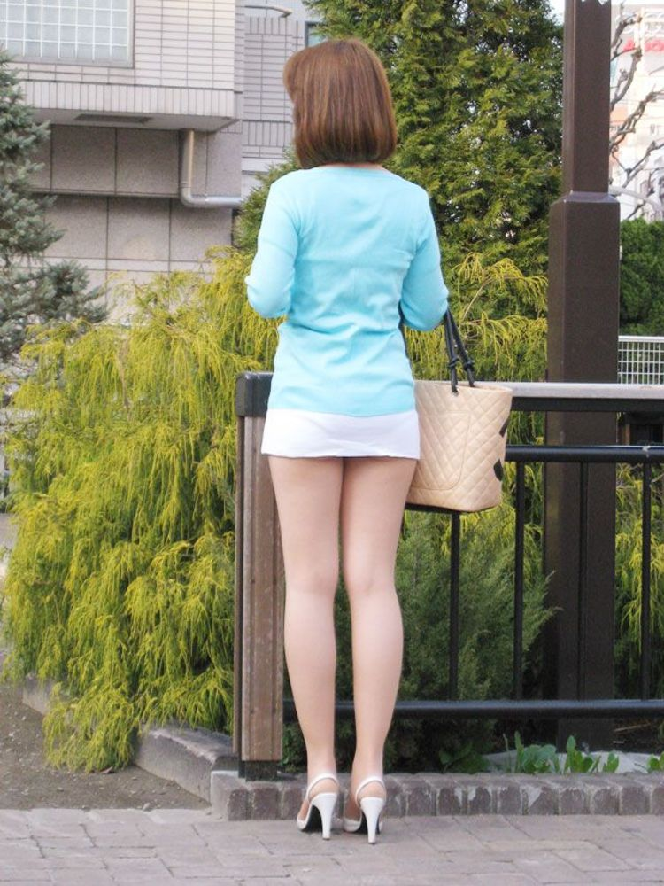 【美脚エロ画像】付け根ギリギリ再び…大人の生脚は春到来のお知らせwww 01