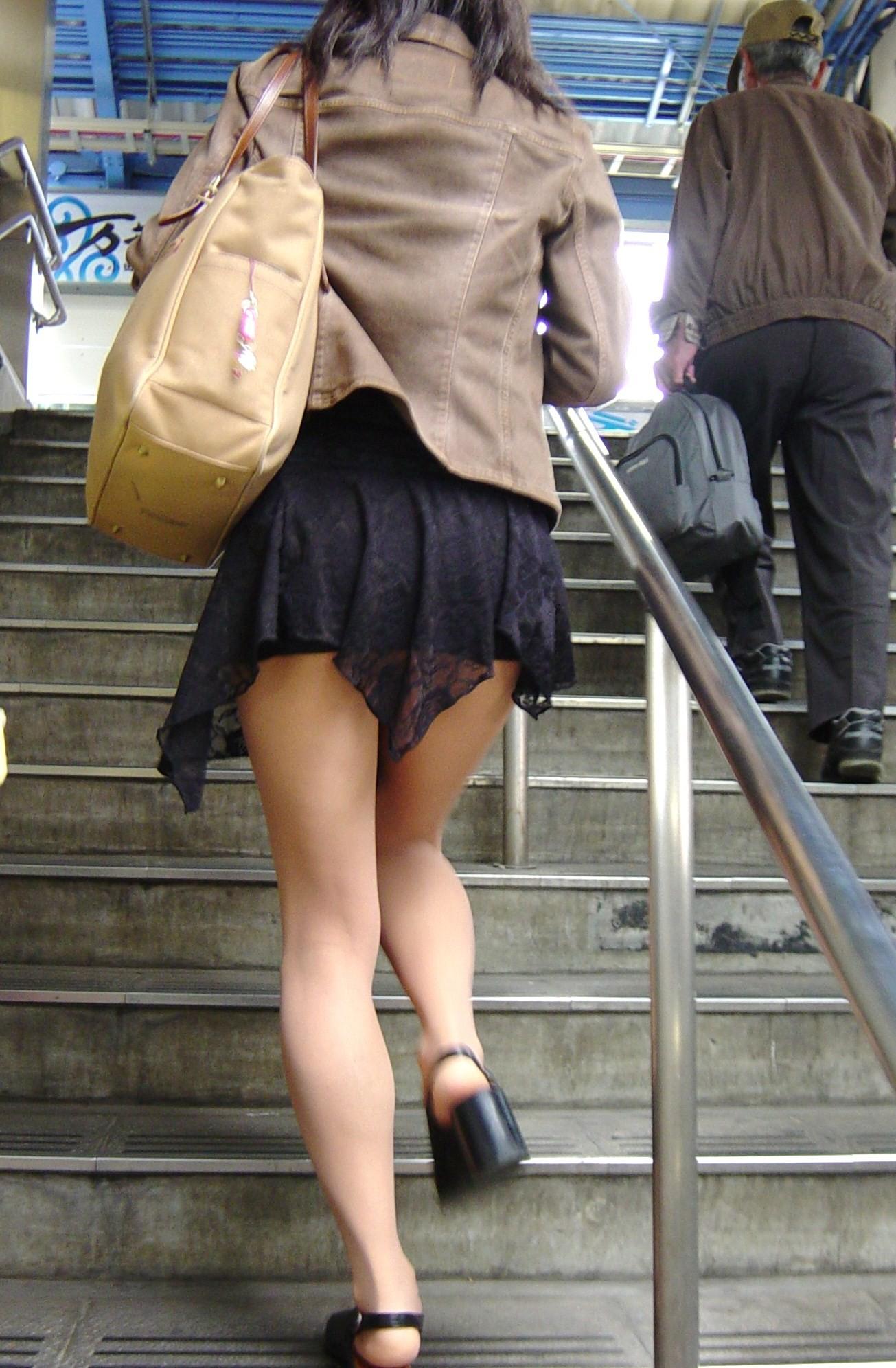 【美脚エロ画像】付け根ギリギリ再び…大人の生脚は春到来のお知らせwww 03