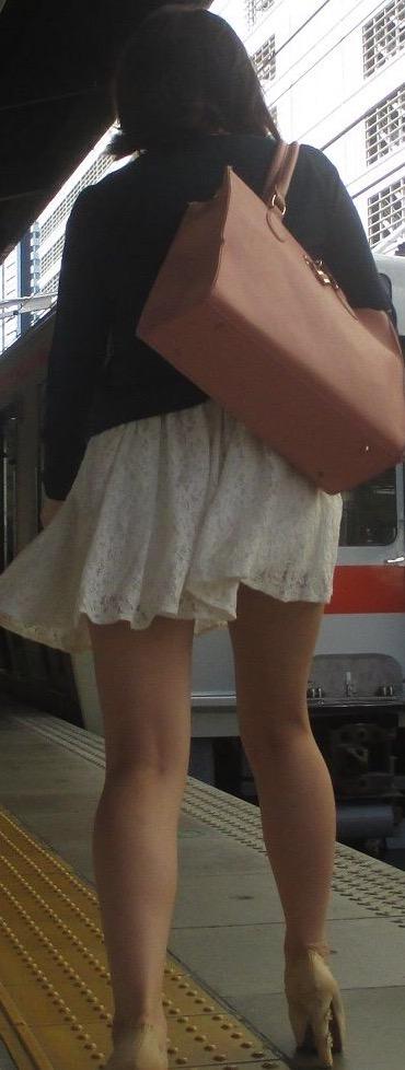 【美脚エロ画像】付け根ギリギリ再び…大人の生脚は春到来のお知らせwww 22