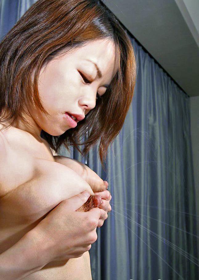 【母乳エロ画像】奥さん飛ばしすぎw自重できない乳首からのミルクプシャー! 04
