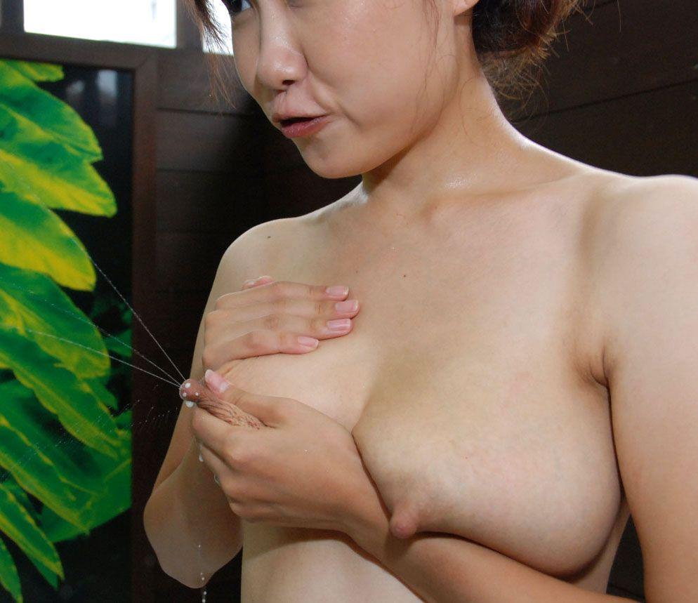 【母乳エロ画像】奥さん飛ばしすぎw自重できない乳首からのミルクプシャー! 30