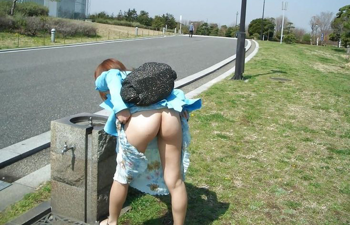 【露出エロ画像】スカート捲るだけのお手軽さwノーパンさんには簡単な露出行為www 001