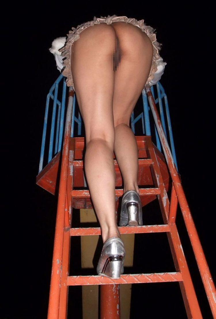 【露出エロ画像】スカート捲るだけのお手軽さwノーパンさんには簡単な露出行為www 15