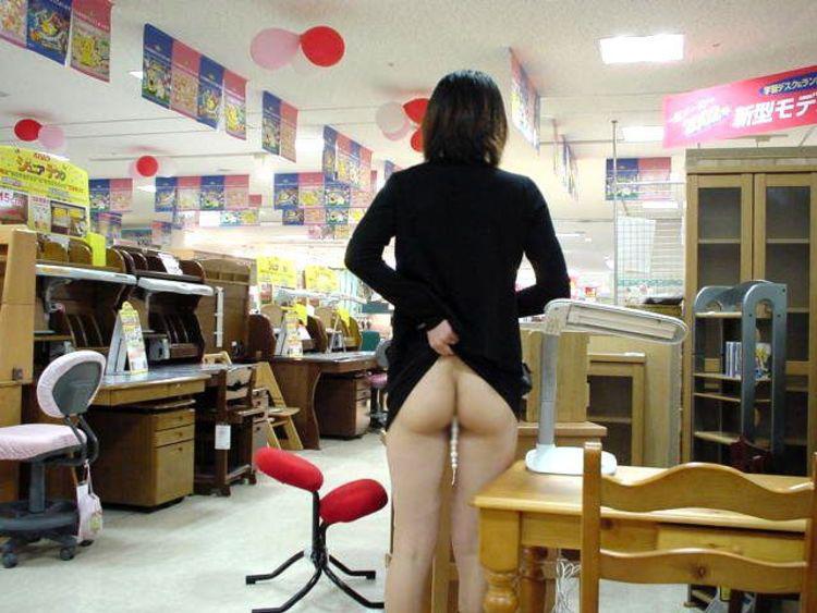 【露出エロ画像】スカート捲るだけのお手軽さwノーパンさんには簡単な露出行為www 22