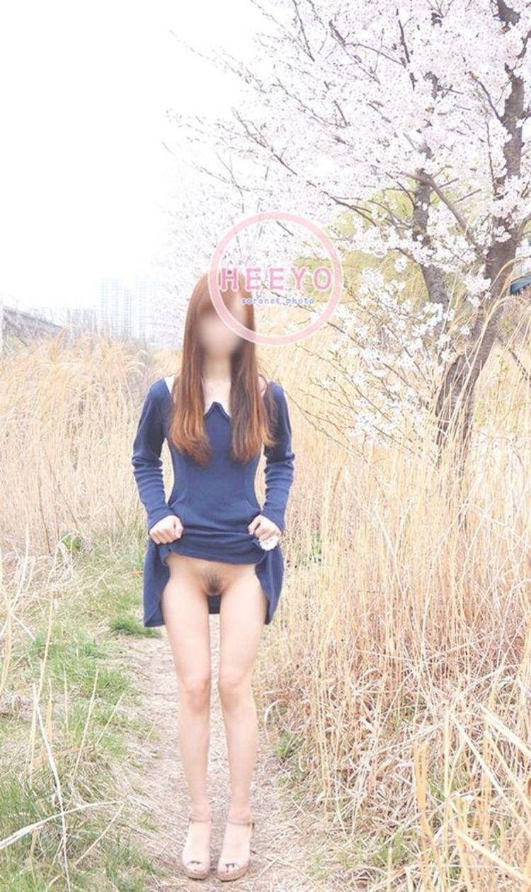【露出エロ画像】スカート捲るだけのお手軽さwノーパンさんには簡単な露出行為www 24
