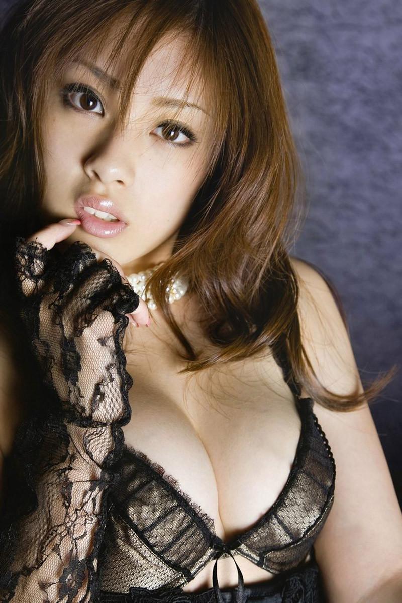 【巨乳エロ画像】どんな乳が詰まってるのか…wktkが収まらなくなるブラ巨乳www 20