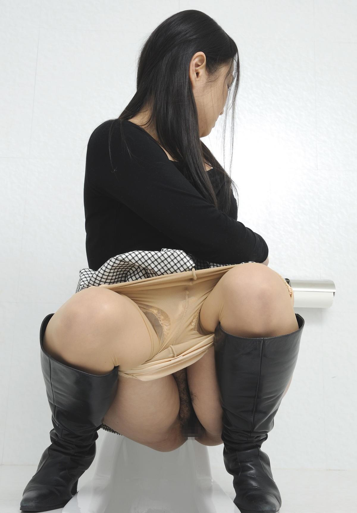 【トイレ女子エロ画像】見られてても出ちゃう…男監視の下トイレで放尿中www 01