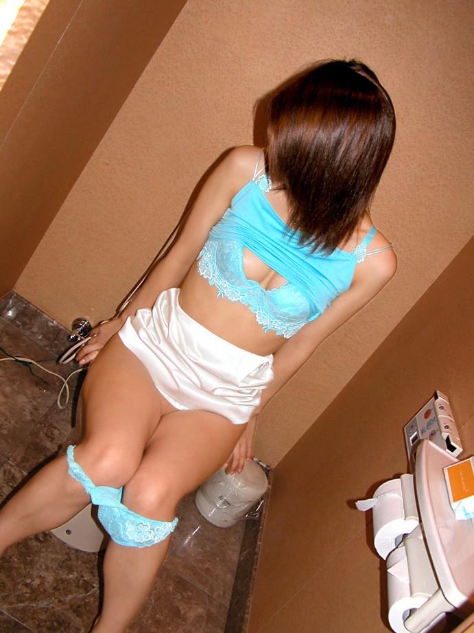 【トイレ女子エロ画像】見られてても出ちゃう…男監視の下トイレで放尿中www 22
