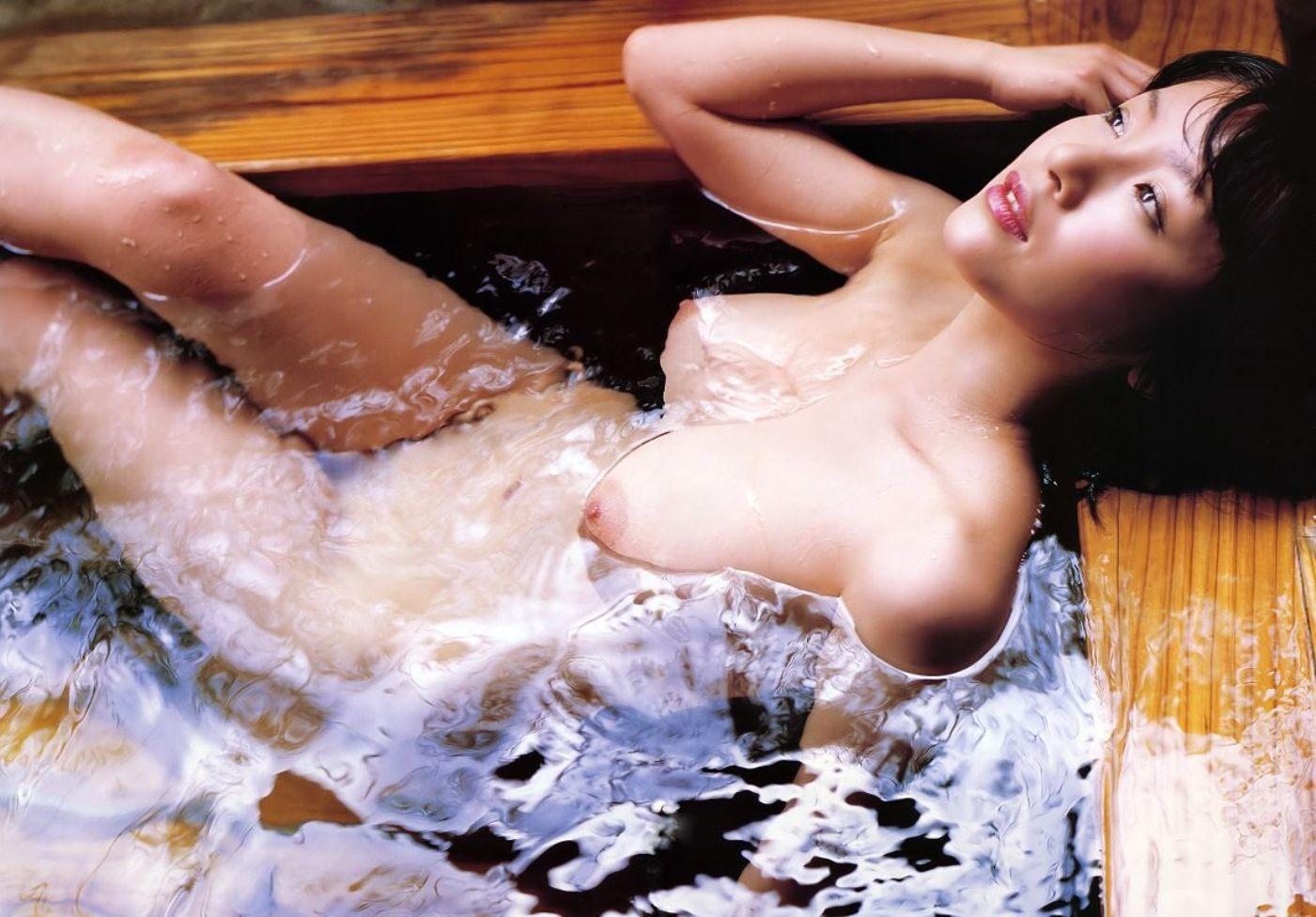 【入浴女体エロ画像】お湯の浮力に揉まれてますw浮かんで大きく見える湯船の巨乳www 01