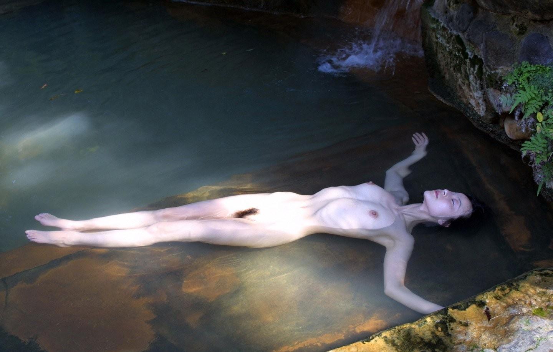 【入浴女体エロ画像】お湯の浮力に揉まれてますw浮かんで大きく見える湯船の巨乳www 17