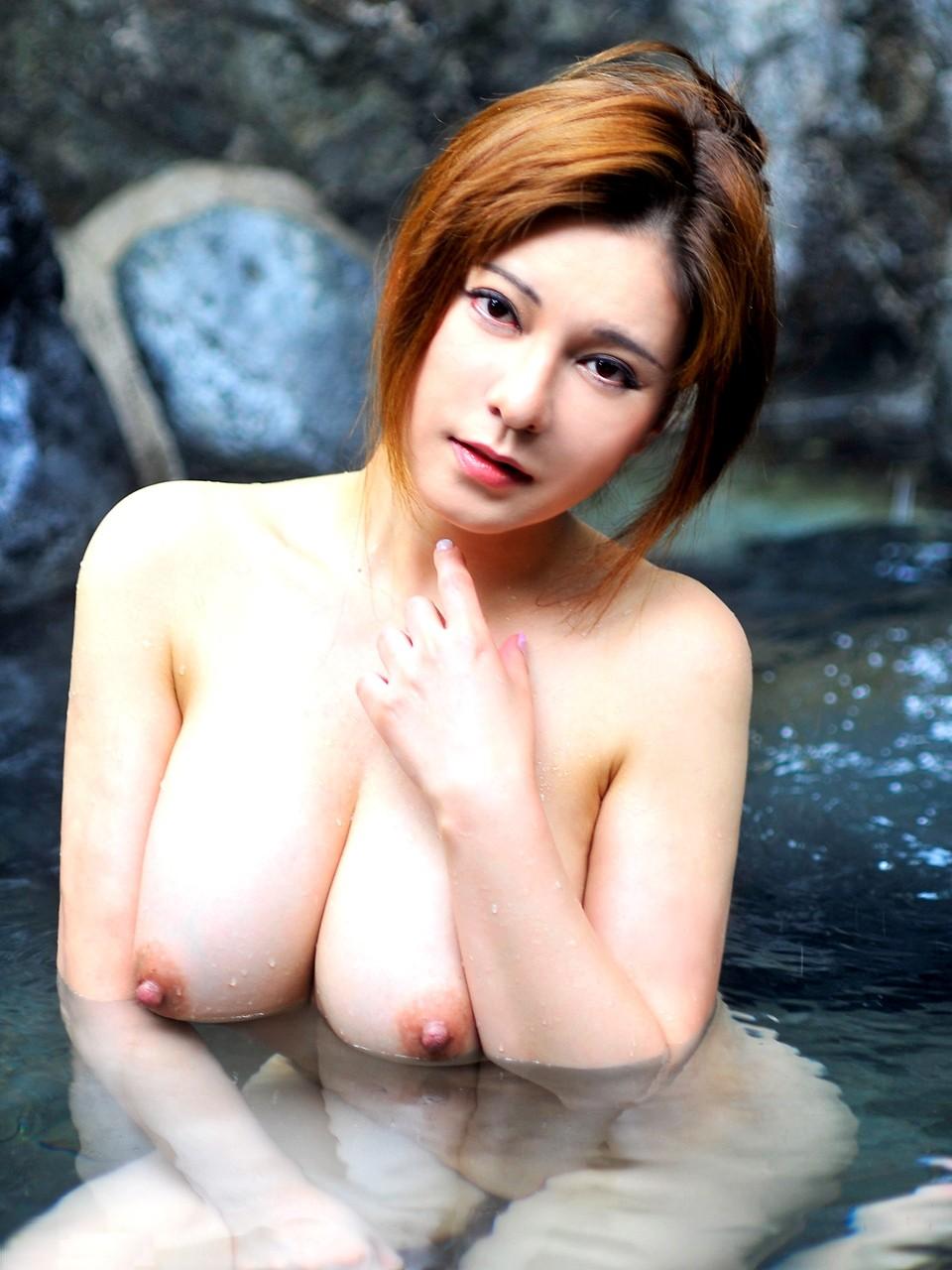 【入浴女体エロ画像】お湯の浮力に揉まれてますw浮かんで大きく見える湯船の巨乳www 20