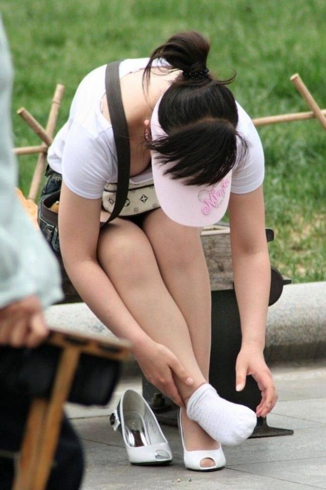 【胸チラエロ画像】だって隠さないから…見るに決まっている膨らみ丸見えの胸元www 02