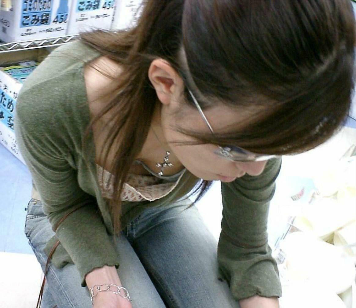 【胸チラエロ画像】だって隠さないから…見るに決まっている膨らみ丸見えの胸元www 11