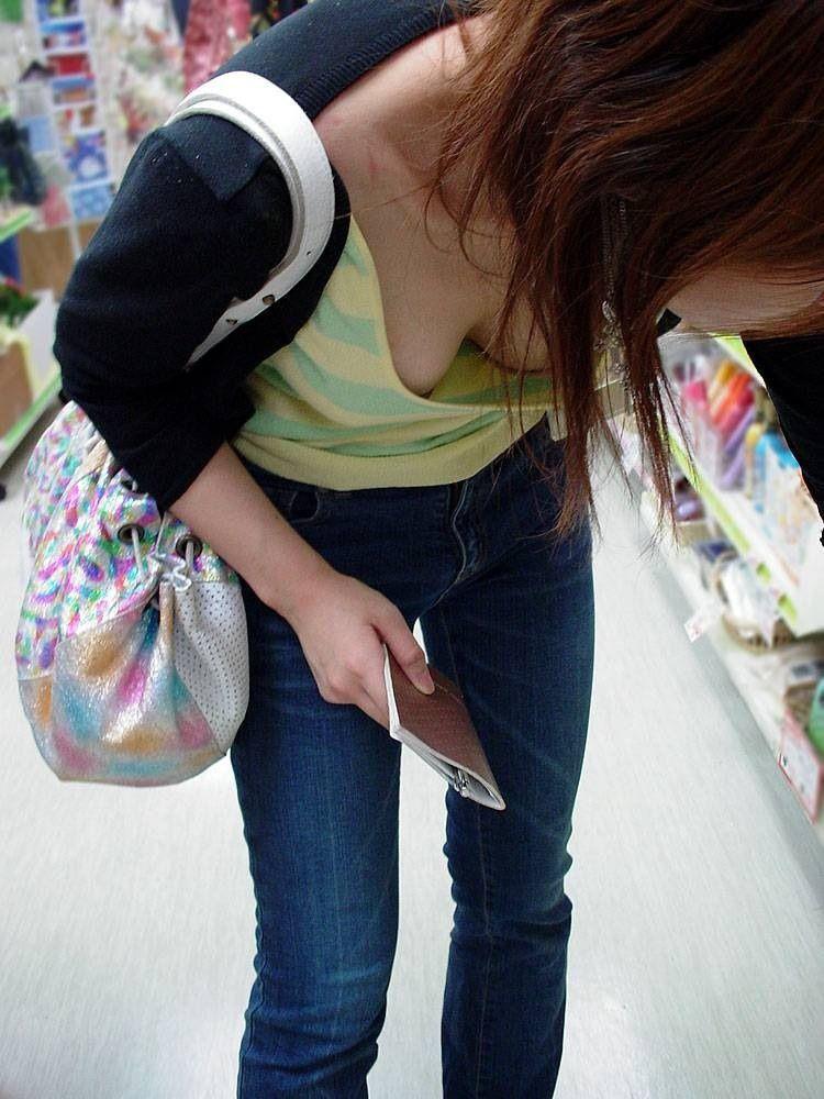 【胸チラエロ画像】だって隠さないから…見るに決まっている膨らみ丸見えの胸元www 19