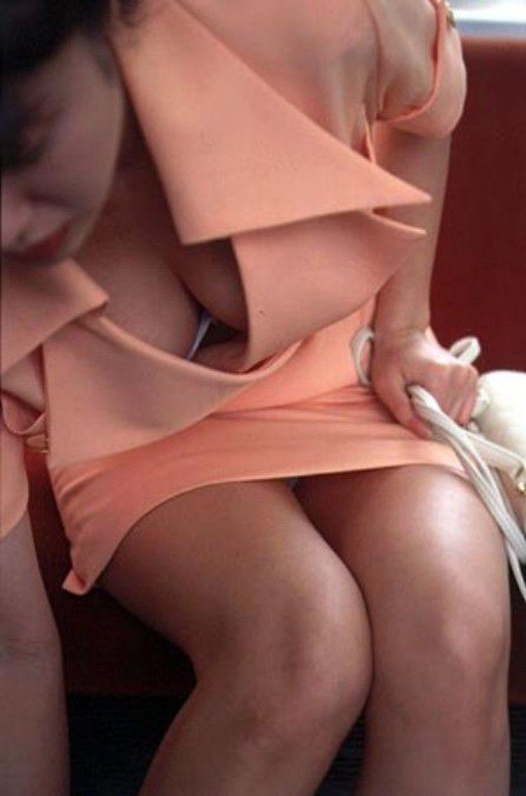 【胸チラエロ画像】だって隠さないから…見るに決まっている膨らみ丸見えの胸元www 25