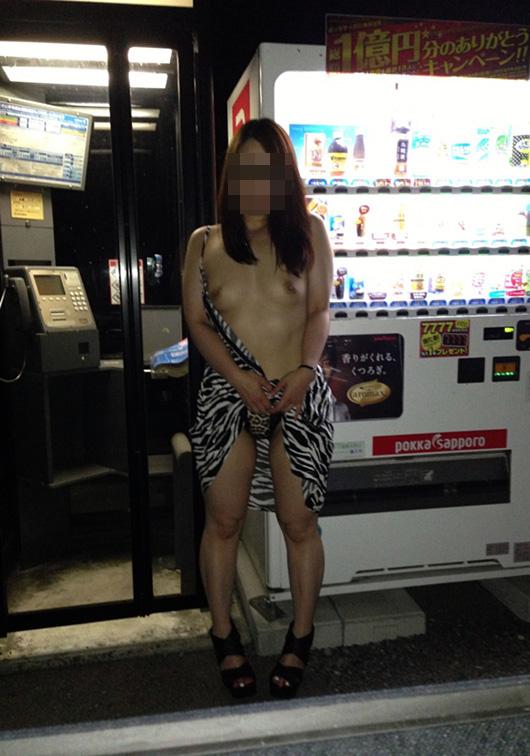 【露出エロ画像】一番酷いパシり行為…露出状態で自販機に行かせる晒しプレイwww 15