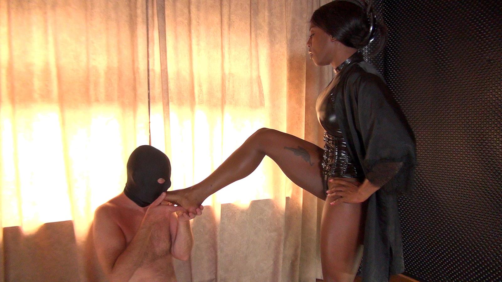 【SMエロ画像】跪きなさい…セクシー女王様によるありがたいお仕置きの数々www 15
