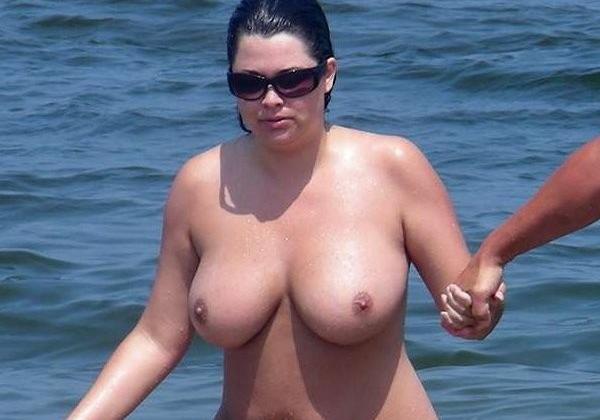 【画像24枚】ヌーディストビーチで全裸になってるポチャ女を貼ってくからアウトかセーフか判定してくれwwwwwwwwww