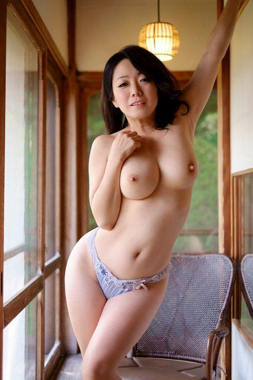 和泉紫乃 熟女の妖艶さと苛めたくなる可憐さ!Hカップ美巨乳おっぱい画像