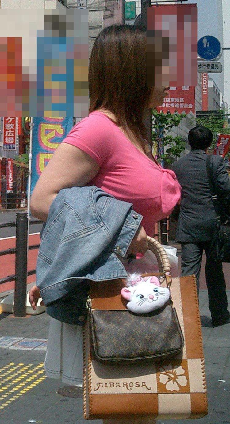 【巨乳エロ画像】すごく味わいたい重みw歩くと揺れちゃう街角おっぱい撮りwww 09
